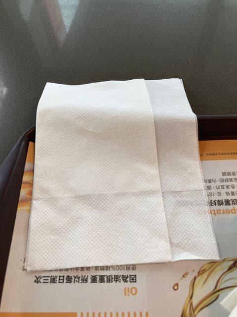 網友好奇麥當勞的餐巾紙為什麼長短不一。 圖/Dcard