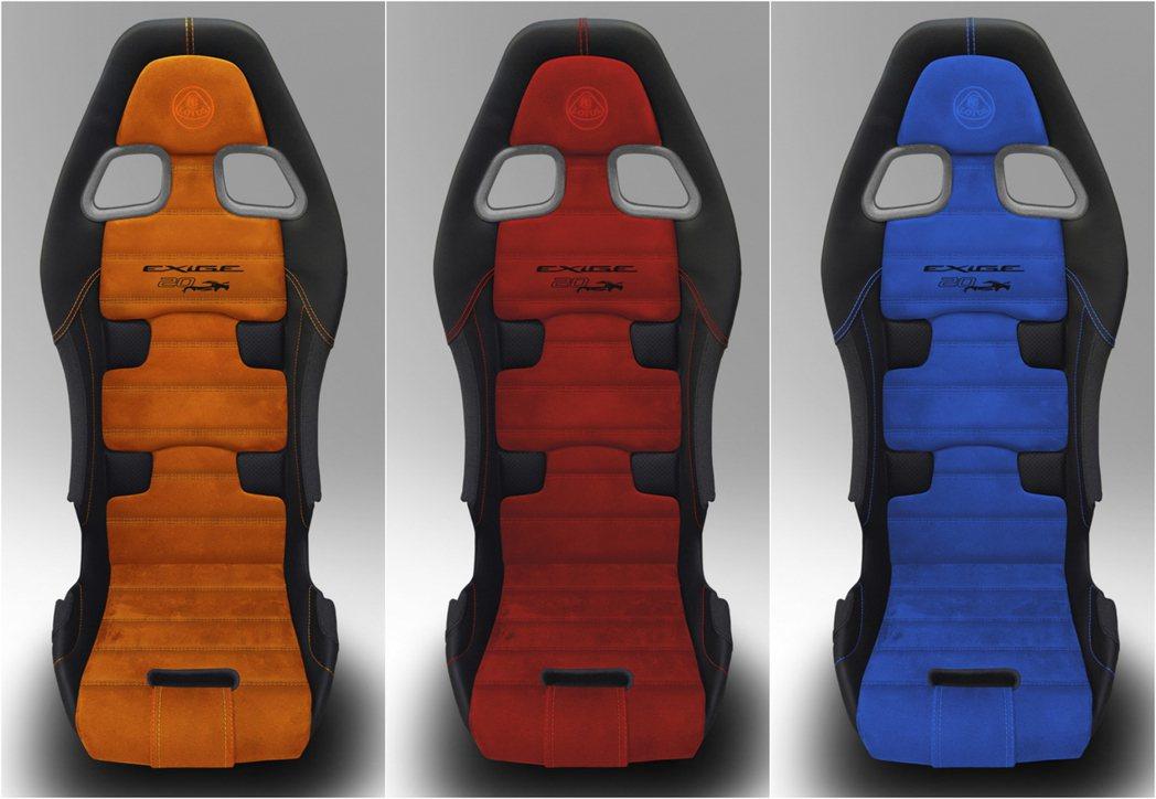 座椅使用和初代Exige相同的針織工法,並繡上20th Anniversary。...