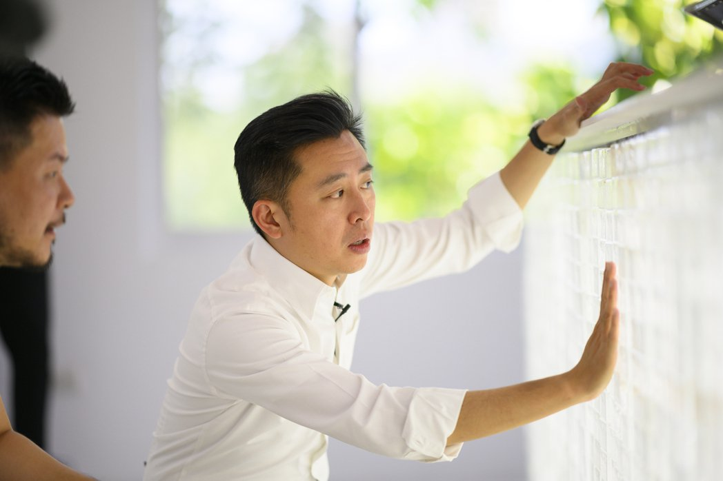 新竹市長林智堅參觀春室,感受咖啡空間玻璃磚吧檯的獨特材質。 圖/春室提供