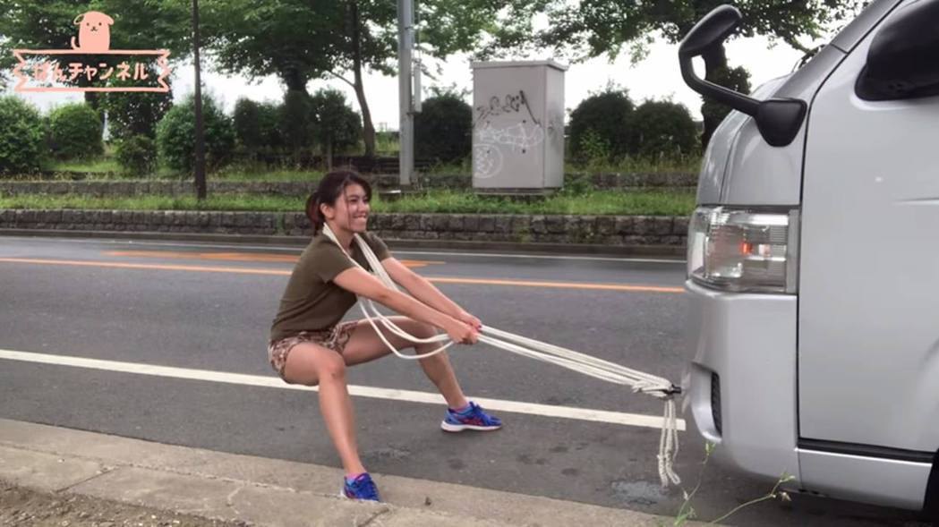 岡本璃奈挑戰拉動7人座車輛。 圖擷自Youtube