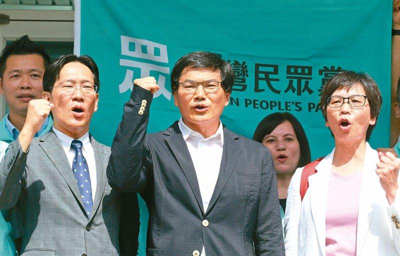 高雄市長補選,民眾黨推薦的參選人吳益政(中)前往登記。記者劉學聖/攝影