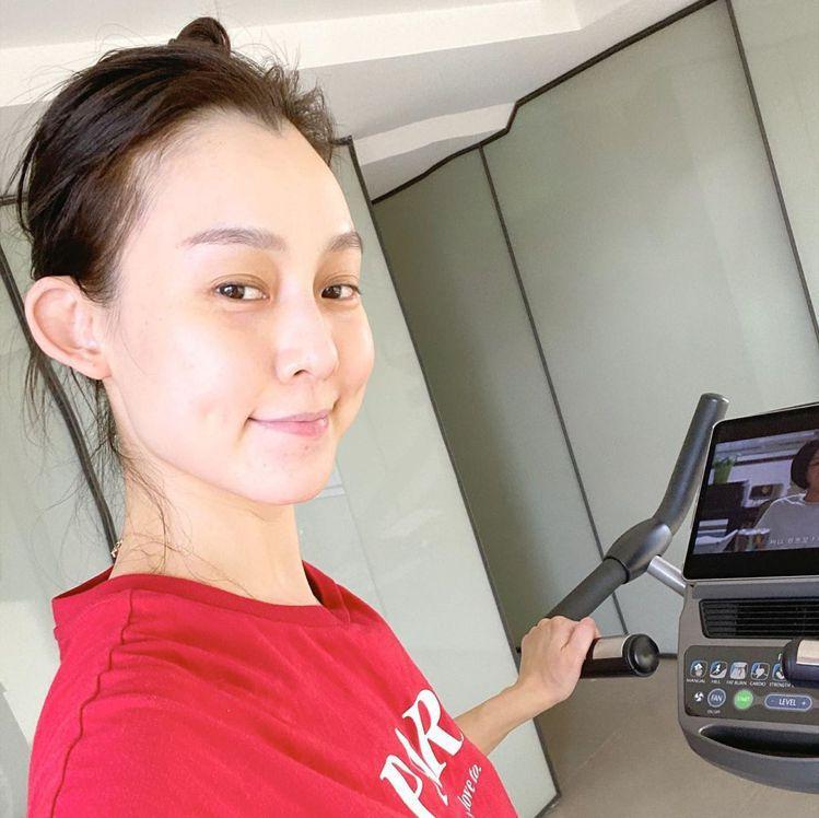 范瑋琪Po出運動照,身後的歪斜天花板引起網友熱議。圖/摘自IG