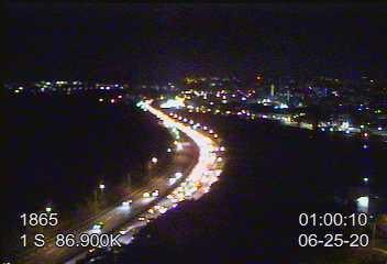 國道1號南下湖口路段,25日凌晨1時仍車多壅塞,車流回堵10公里。圖/翻攝自高公局1968網站
