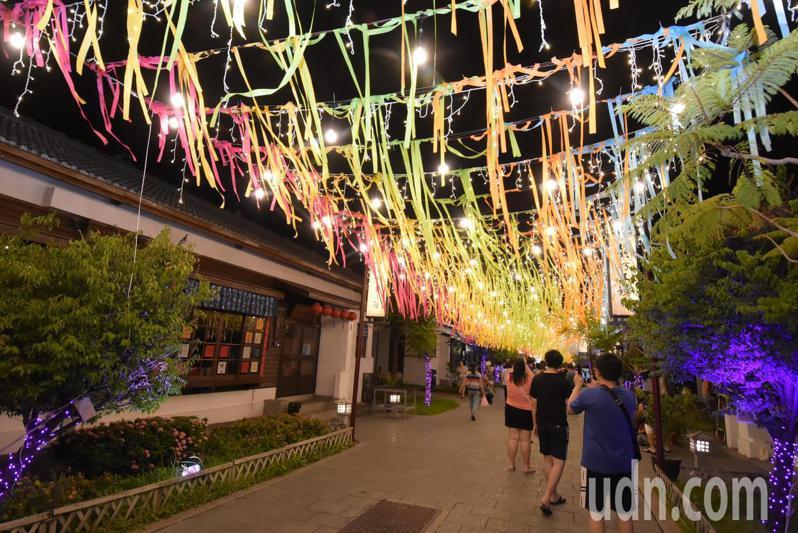 鹿港鎮內營造璀璨燈景藝術,一路從文武廟的兩個龍頭延伸至廟口商圈。記者林敬家/攝影