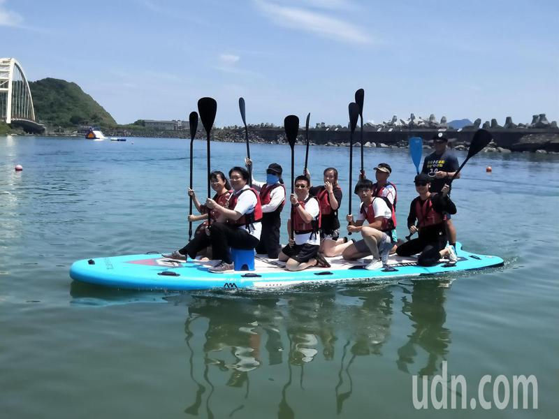 端午節基隆不划舟改操龍舟板立式划槳,林右昌帶頭下水。記者游明煌/攝影