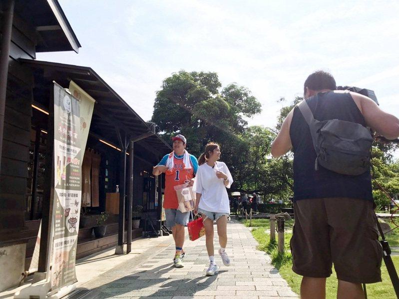 嘉義市購物節開跑,食尚玩家節目主持人莎莎與哈孝遠來體驗「嘉遊金」的經典遊程。圖/嘉義市府提供