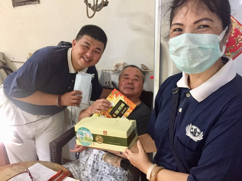 新竹市政府社會處結合志工團體拜訪獨居長輩致贈端午好禮。圖/市府提供
