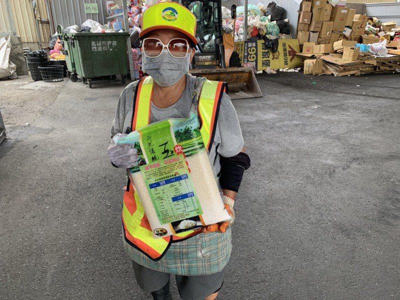 環保署與高雄市府致贈資源回收個體戶5公斤農產米,感謝辛勞並祝端午佳節。圖/高雄市環保局提供