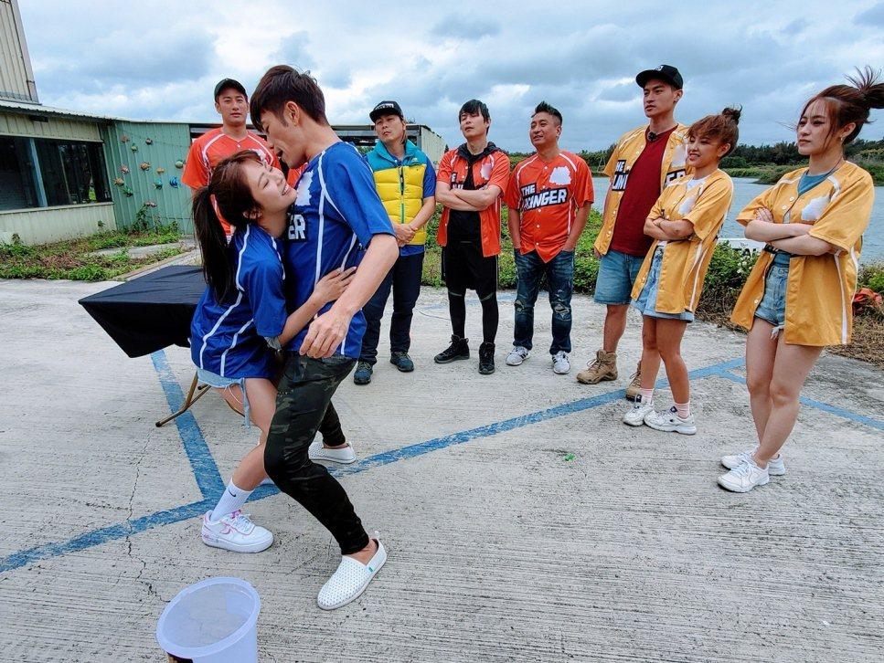 陳志強(右)和林萱瑜玩親密滾水球遊戲。圖/中視提供
