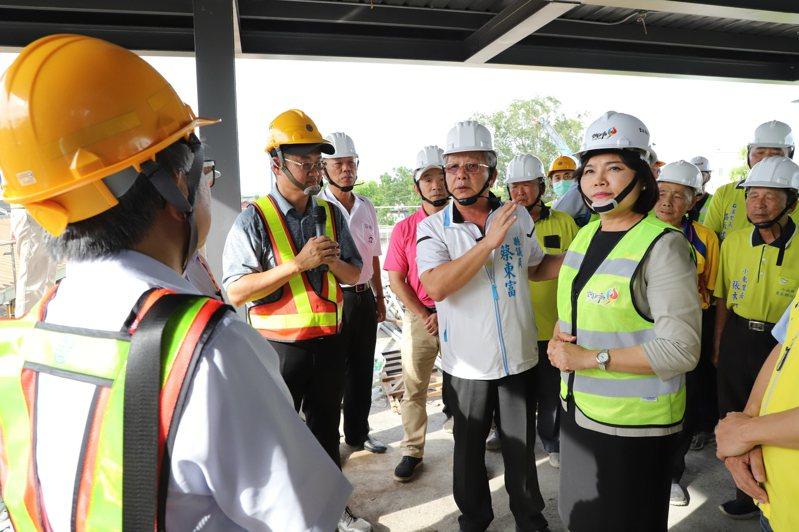 雲林縣長張麗善多次到斗南火車站會勘跨站興建工程,今天再度前往並提出建議。圖/雲林縣政府提供