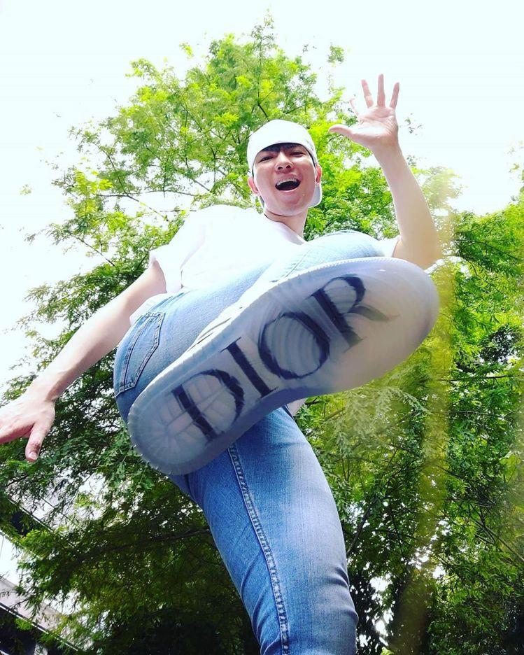 蕭敬騰端午節不立蛋,反而是在豪宅內開箱Air Jordan 1 OG Dior球...