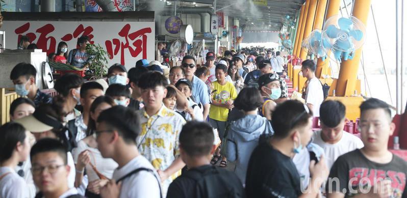 端午連假開跑,國內旅遊大爆發,一早東港渡船港口即出現排隊登船人潮。記者劉學聖/攝影