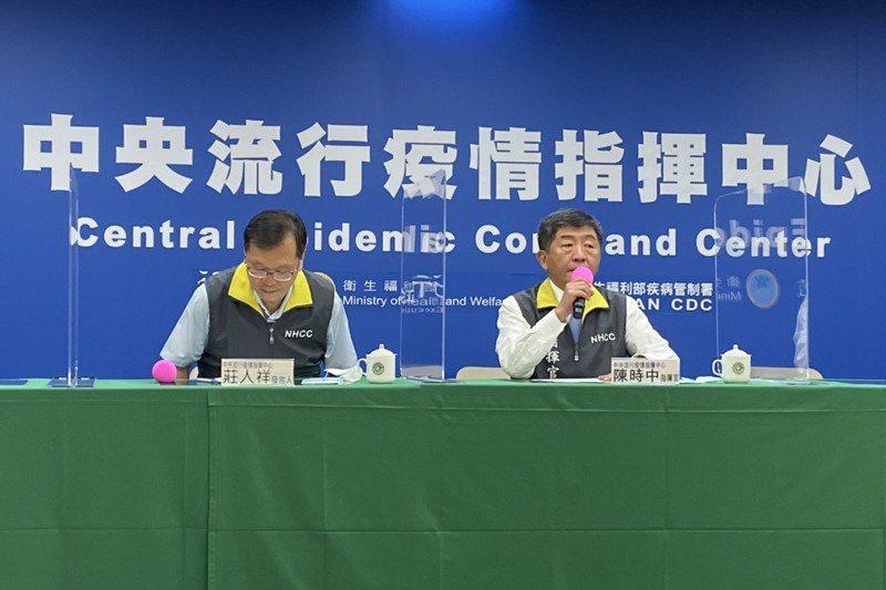 指揮中心指揮官陳時中(右)昨天在加開的記者會鬆口,日本女學生在南部染疫是本土個案,換言之,我連73日零本土破功。 記者簡浩正/攝影