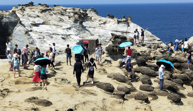 熱門打卡景點深澳象鼻岩爆人潮。記者游明煌/攝影