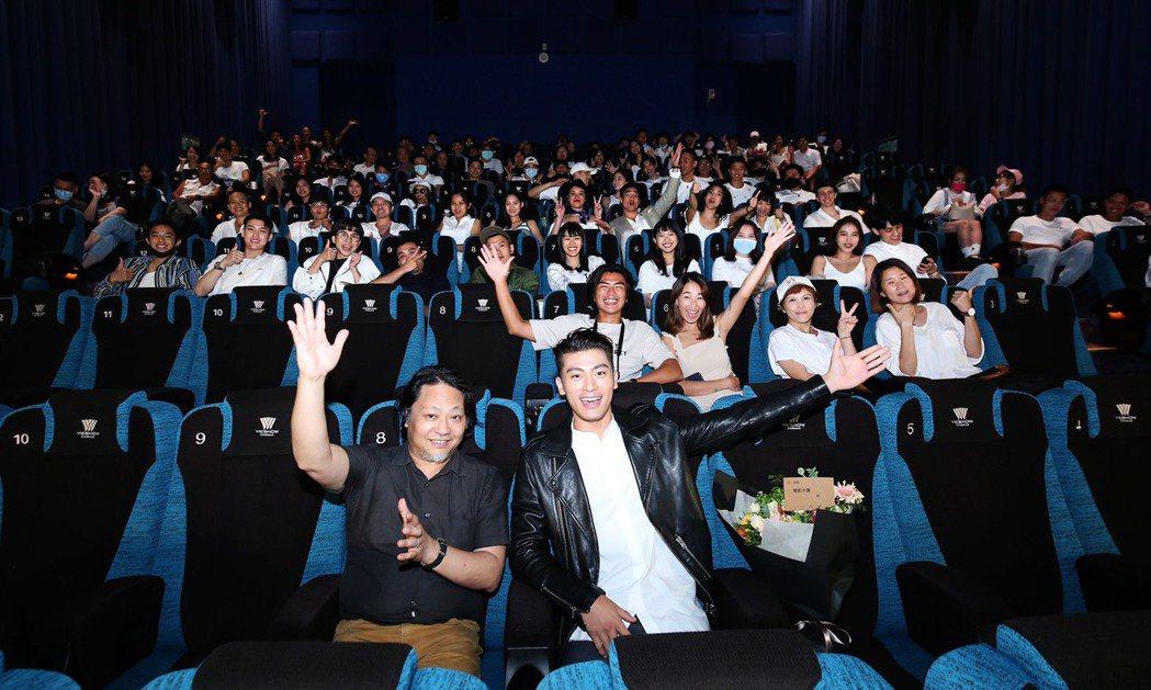 徐愷特別在電影上映首周包場,邀請粉絲後援會的朋友跟他一起進戲院看電影。圖/碧麒沃