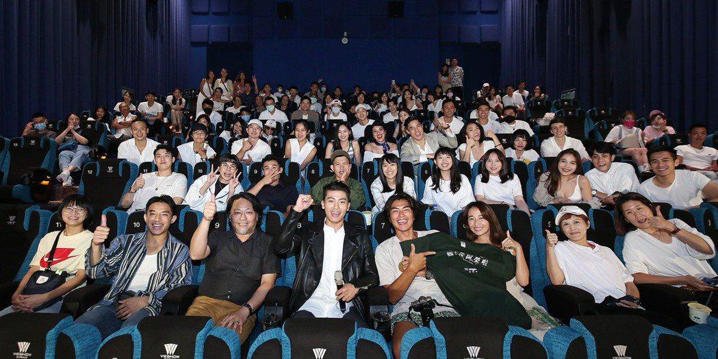 徐愷特別在電影上映首周包場,邀請粉絲後援會的朋友跟他一起進戲院看電影。圖/碧麒沃...