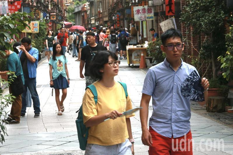 三峽老街人潮慢慢回流。可看見民眾輕鬆的逛街、購物,就連騎樓下也有民眾沿著老街拱門漫步其中。記者黃義書/攝影