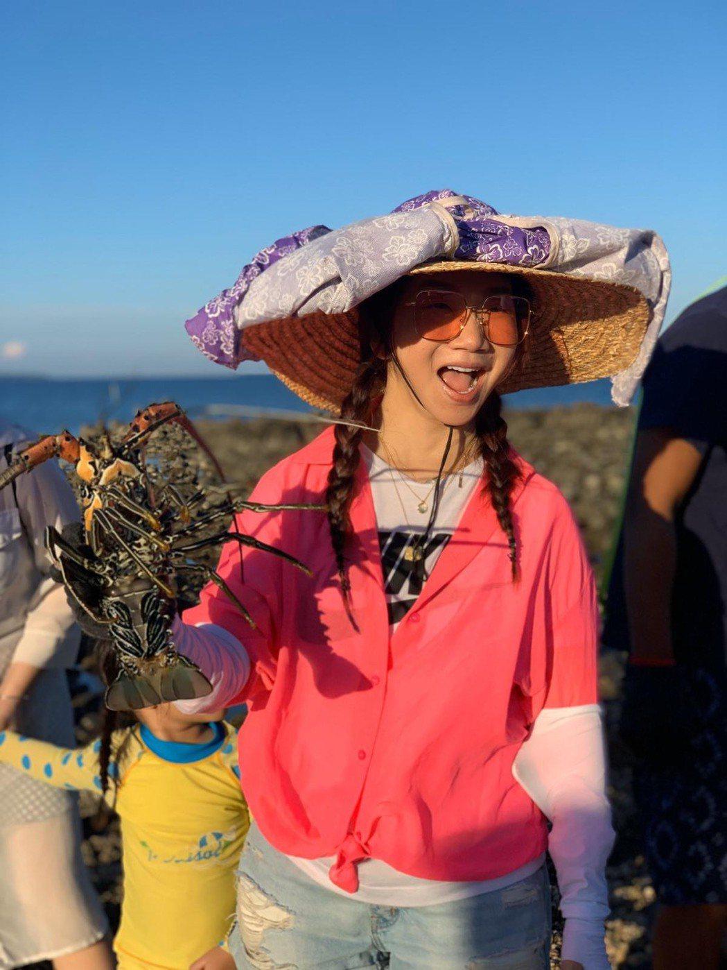 陶子在潮間帶撿到龍蝦。圖/陶晶瑩提供