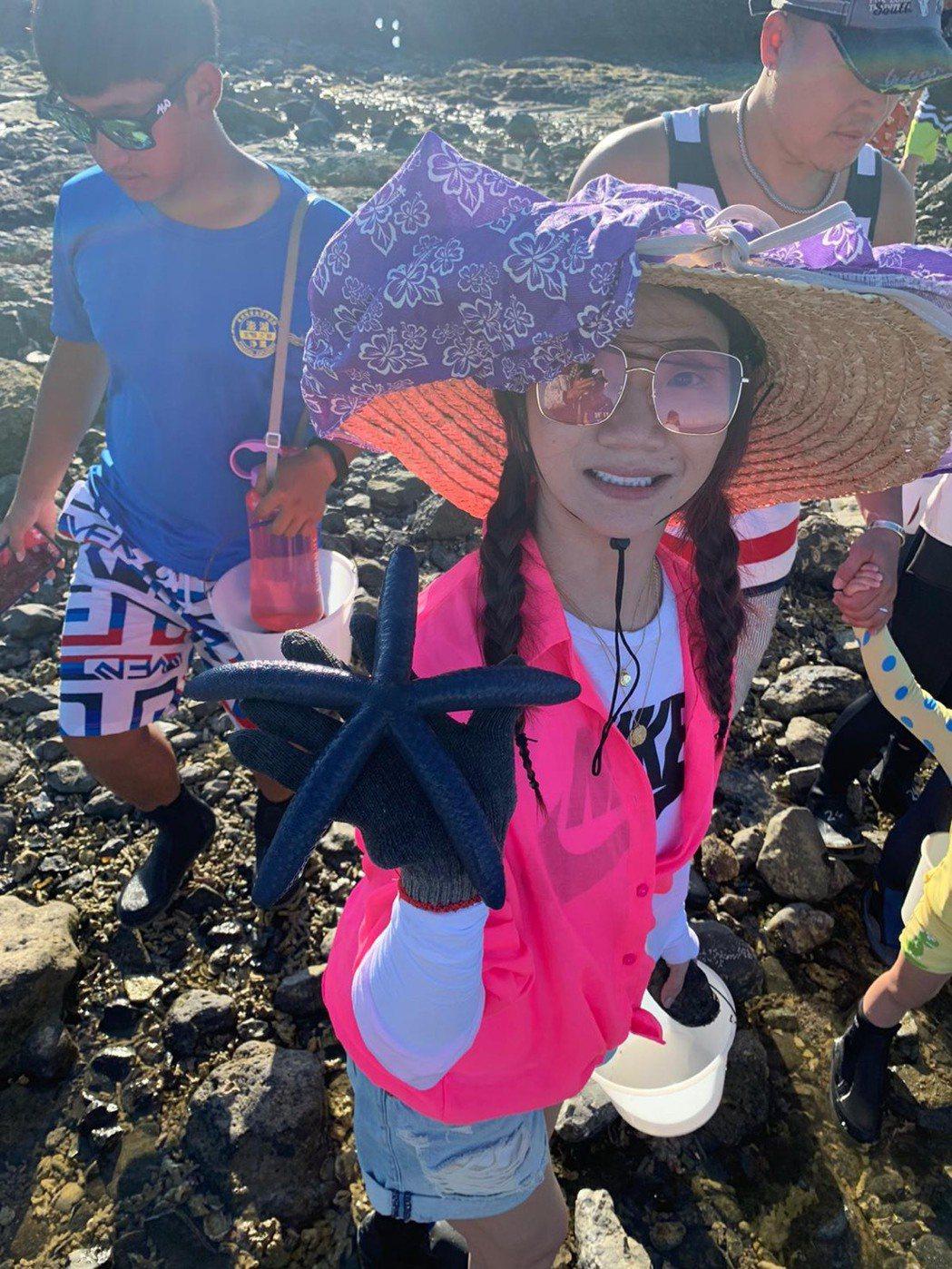 陶子在潮間帶撿到大海星。圖/陶晶瑩提供