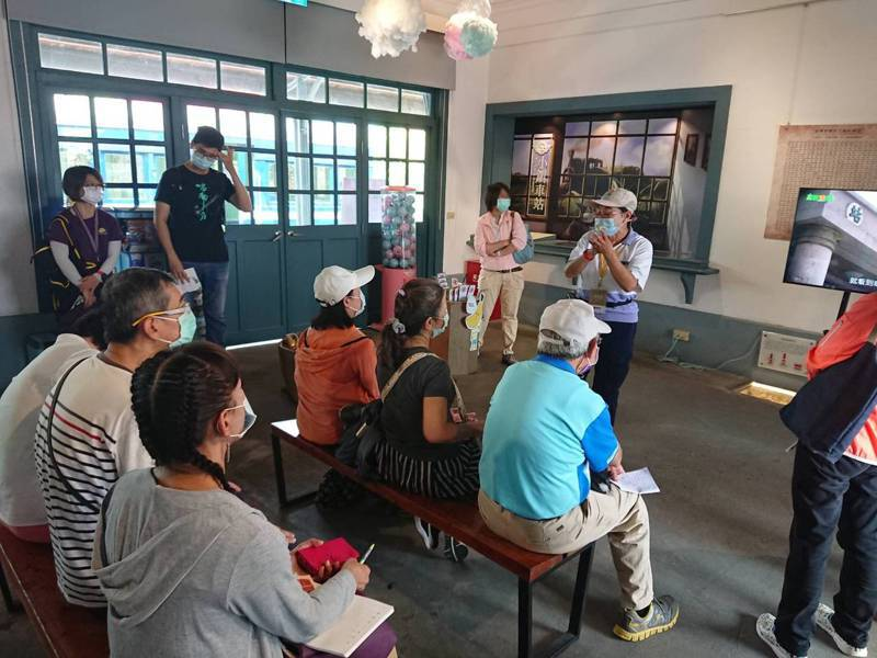 旗山車站遊客仔細聆聽導覽。圖/高雄市政府文化局提供