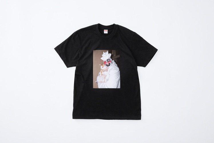 Supreme推出向前衛藝術家Leigh Bowery致敬的聯名T恤。圖/摘自S...