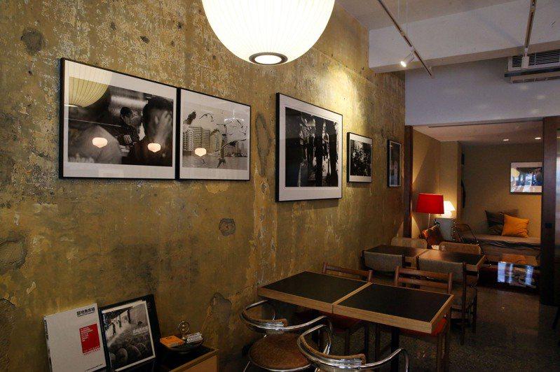 牆上正舉辦的期間限定攝影展,以築地的黑白影像生活百態為主題。記者林俊良 / 攝影。