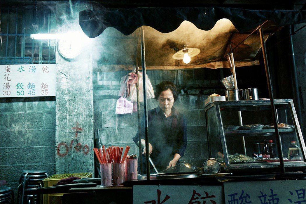 謝瓊煖在MV中飾演嫌疑犯的母親。圖/星空飛騰提供