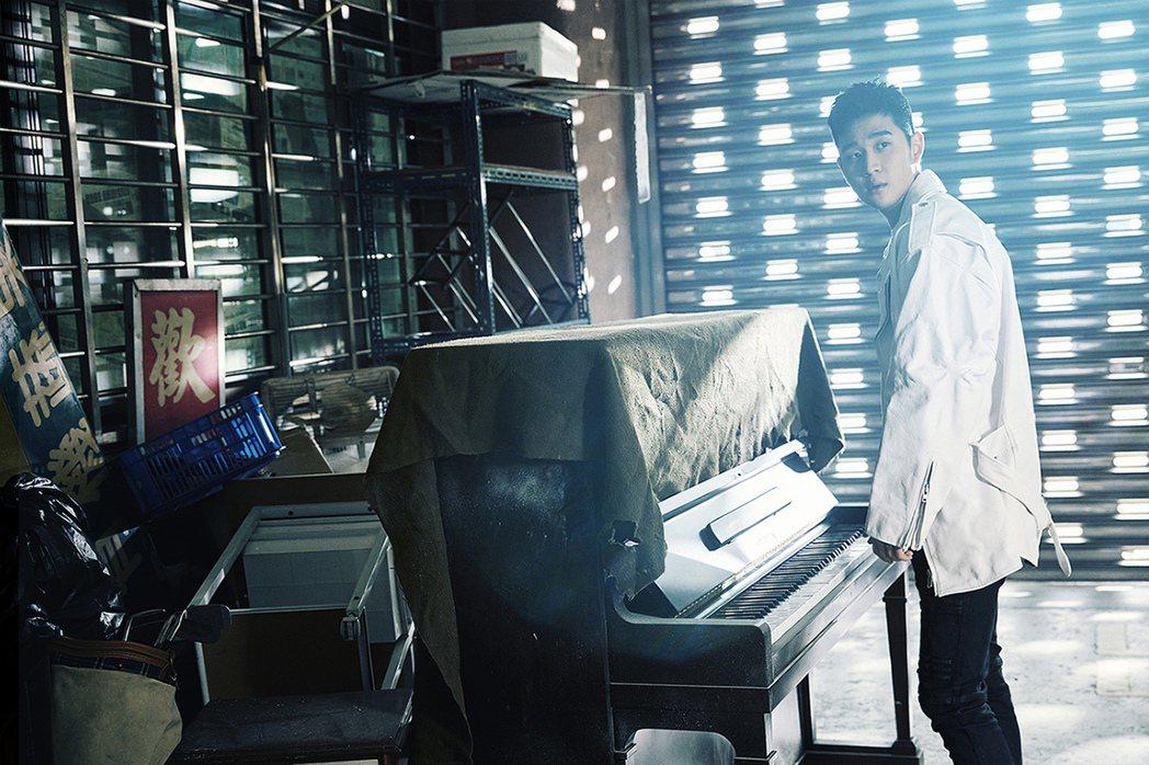 周興哲新歌「相信愛」MV腳本靈感來自他推出的首本音樂故事集「那些未曾說過的話」。