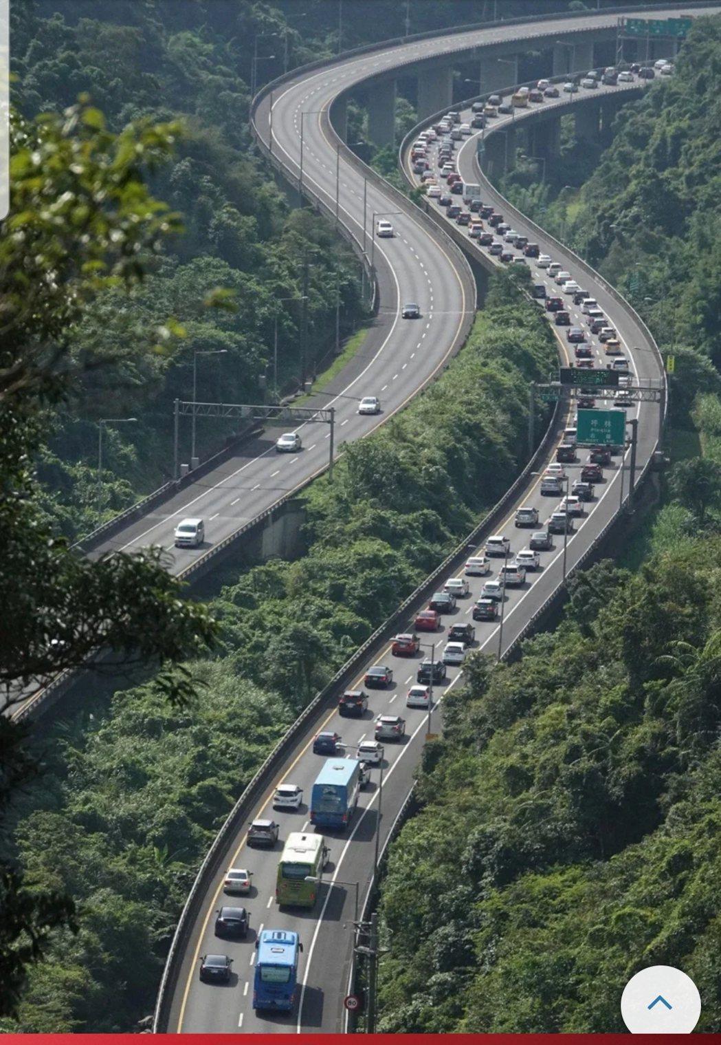 國道5號石碇往坪林路段在端午連假首日上午嚴重回堵,宛如大停車場。記者潘俊宏/攝影