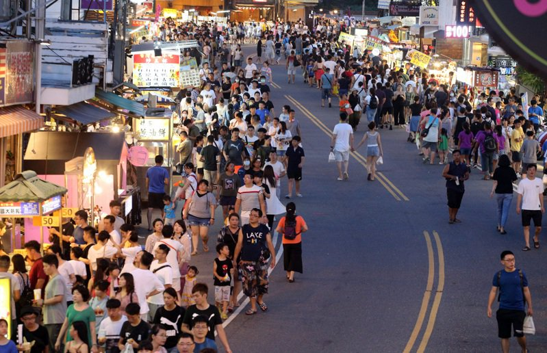 今天傍晚墾丁大街開始出現擁擠人潮。記者劉學聖/攝影