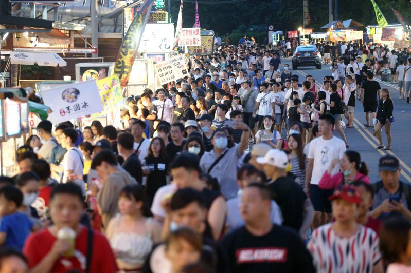 密集恐懼嚴重者,連看到人群聚集都會感到恐懼。圖為墾丁大街人潮。記者劉學聖/攝影