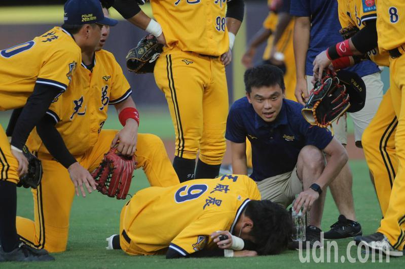中華職棒例行賽,中信兄弟三壘手王威晨在接一記內野強襲球時被擊中,受傷退場。記者黃仲裕/攝影