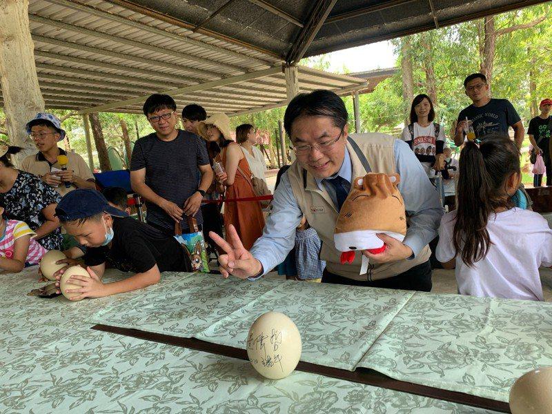 台南頑皮世界野生動物園舉辦端午節立鴕鳥蛋活動,市長黃偉哲也來挑戰。圖/台南市府提供