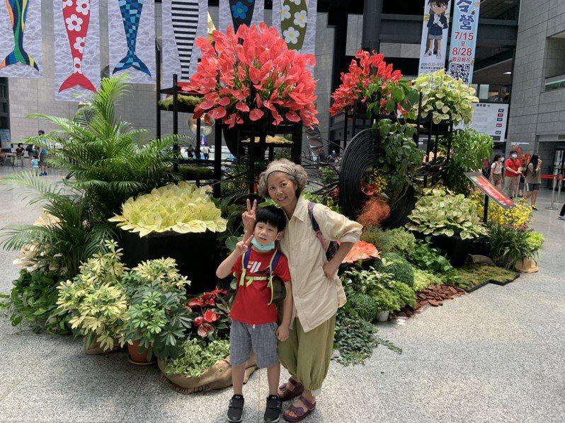 高雄市農業局讓火鶴花化身大型裝置藝術,民眾到高雄科工館、物產館及壽山動物園,都能與火鶴花來場美麗的相遇。圖/高雄市農業局提供