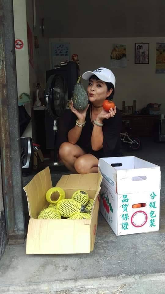 易淑寬也會幫助小農賣水果,想方設法幫助紓困。圖/萬鴻經紀提供