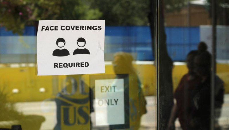 德州聖安東尼奧(San Antonio)一家商店外張貼提醒顧客戴口罩的標識。(美聯社)