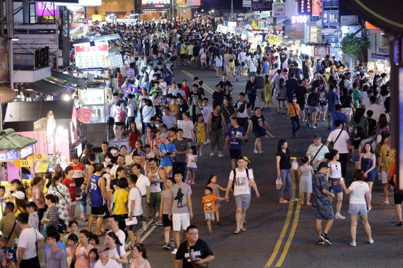 墾丁人潮大爆發 墾丁大街夜市出現久違的大量遊客。聯合報系記者劉學聖/攝影