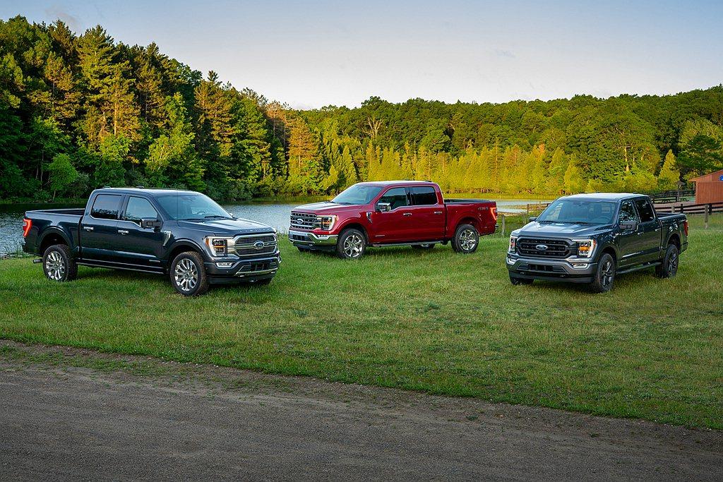 全新第十四代Ford F-150提供多達11種水箱護罩可選,並加入主動式柵欄來減...