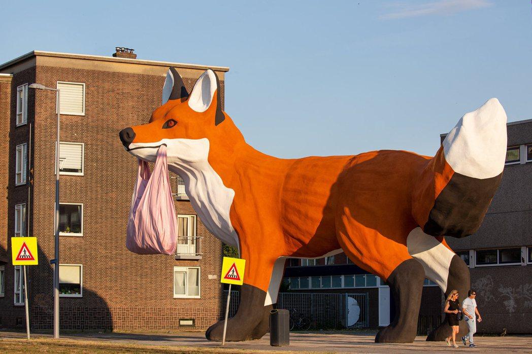 藝術家霍夫曼新作是隻叼著粉紅袋子,象徵新移民的巨大狐狸。 ©Fotografie...