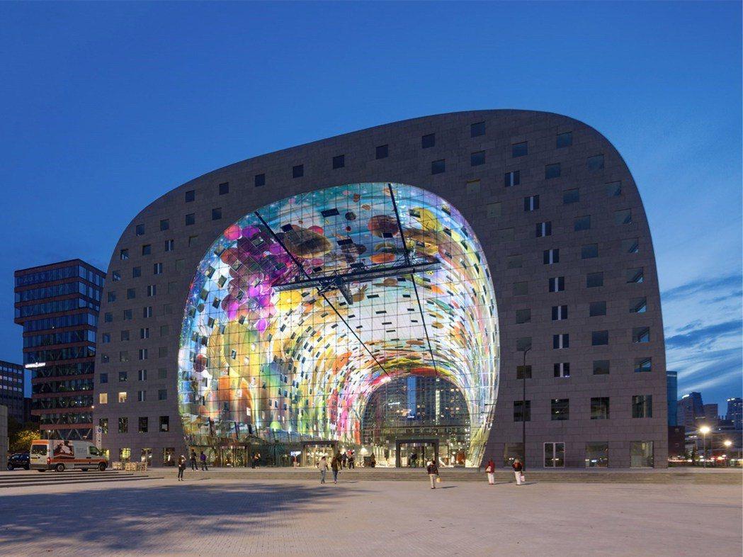 到鹿特丹吃逛必不會錯過的拱廊市場,是由知名的荷蘭設計事務所MVRDV操刀。 ©M...