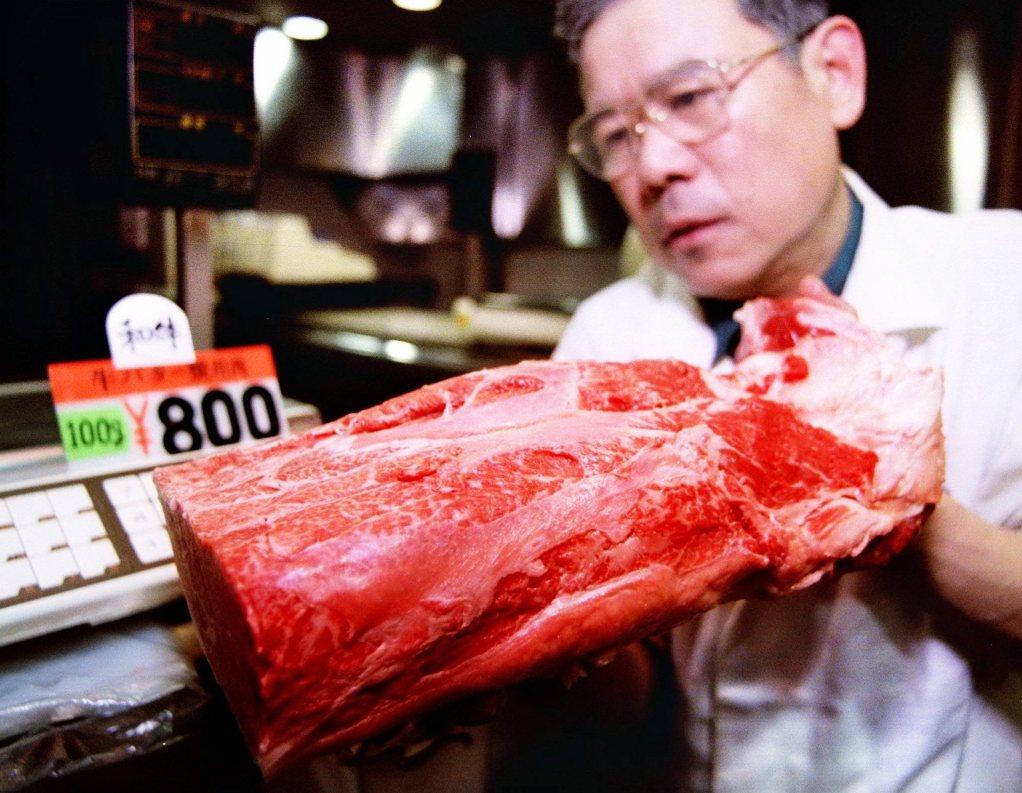 圖為東京販售和牛的市場業者。 圖/路透社
