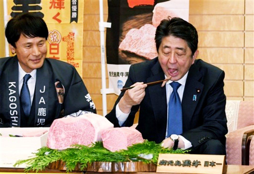 圖為日本首相安倍晉三吃和牛。 圖/美聯社