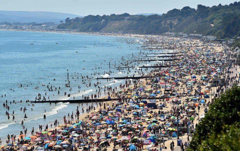 英國伯恩茅斯多塞特郡海灘擠滿近50萬人,當地議會急發「重大事件」。法新社