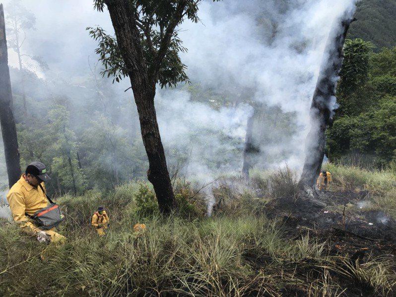 森林救火人員徹夜監控火場,今天清晨5點即進行地面滅火作業。圖/東勢林管處提供