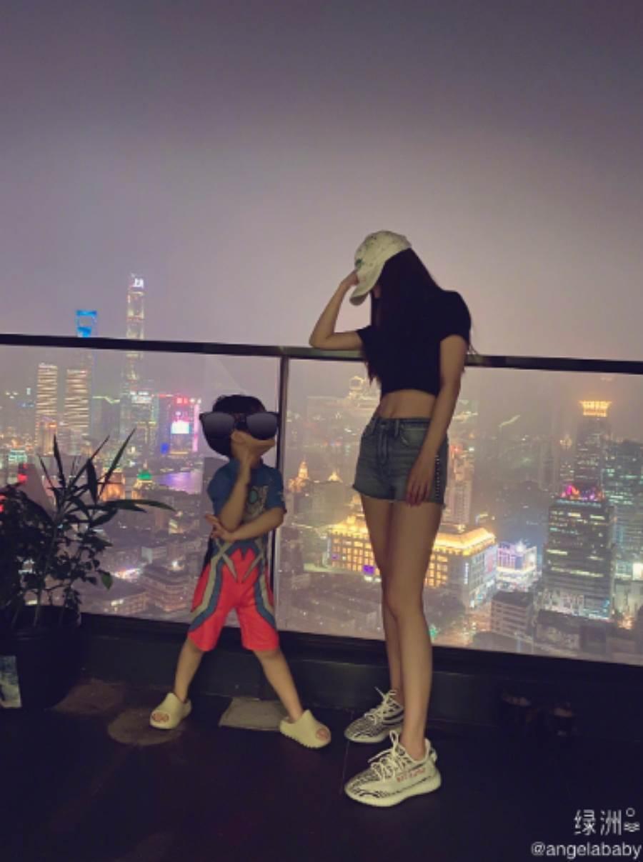 Angelababy與兒子。圖/摘自微博