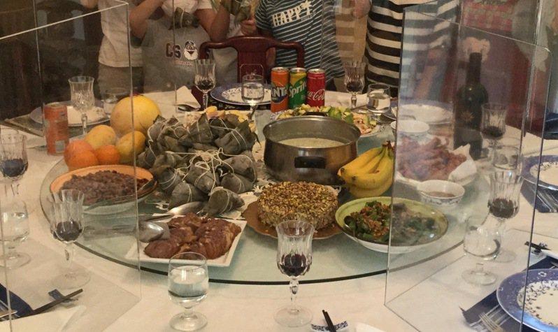 我駐教廷大使館慶祝端午,吃粽子不忘防疫,桌上加裝透明隔板。圖/取自我駐教廷大使館臉書