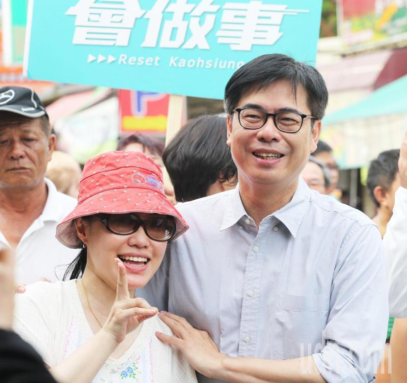 民進黨高雄市長補選參選人陳其邁(右)批評國民黨高雄市長補選參選人李眉蓁,把前市長韓國瑜團隊找回來,無異於是把6月6日的罷免投票沒收。記者劉學聖/攝影