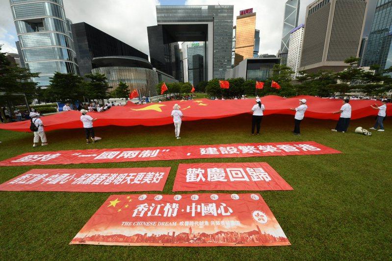 端午節當天上午,有香港民眾在金鐘添馬公園掛起巨幅五星旗,表達支持「港版國安法」立法。(香港中通社)