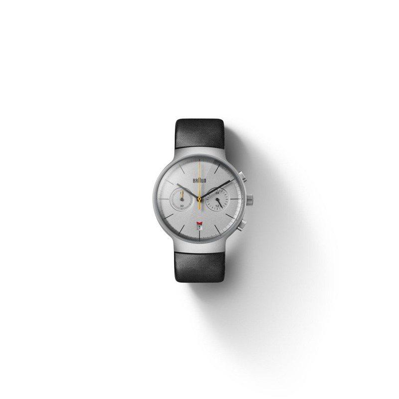 Braun的BN0265 Classic計時碼表,計時大秒針的黃色與日期窗的紅對比搶眼,並獲iF與Red Dot Design Award雙重肯定,價格店洽。圖 / Braun提供。