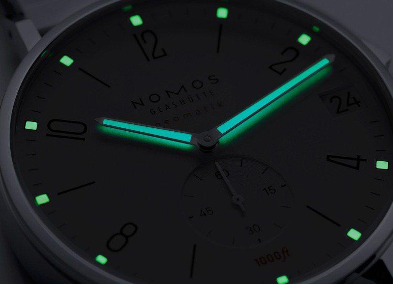 不僅在小時刻度和指針上具夜光塗料,圓點和指針的形體高反差,更讓夜間讀取時間格外輕鬆。圖 / NOMOS提供。